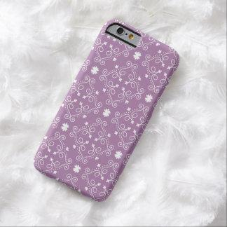 Blanco del diseño adornado de la voluta y púrpura funda de iPhone 6 barely there