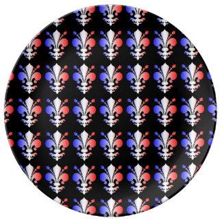 Blanco del modelo de la flor de lis y azul rojos plato de cerámica