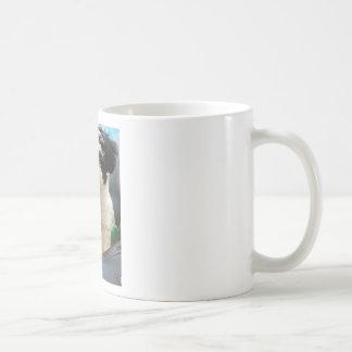 Blanco del negro del perrito del rescate de taza clásica