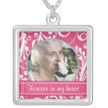 Blanco del rosa en memoria del collar de la planti