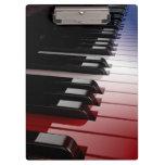 Blanco del teclado de piano y azul rojos