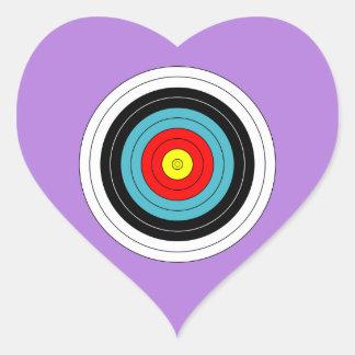 Blanco del tiro al arco de los deportes en la pegatina en forma de corazón