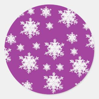 Blanco en diseño púrpura del copo de nieve etiquetas redondas