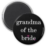 Blanco en la abuela negra del imán de la novia