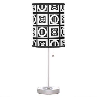 Blanco en modelo geométrico negro del signo de lámpara de escritorio