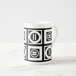 Blanco en modelo geométrico negro del signo de taza de porcelana