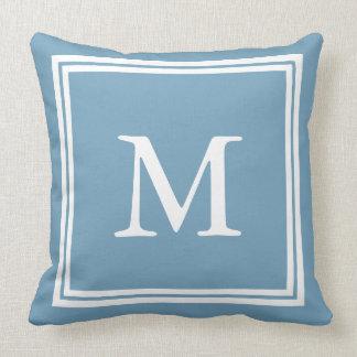 Blanco en monograma azul del marco doble de cojín