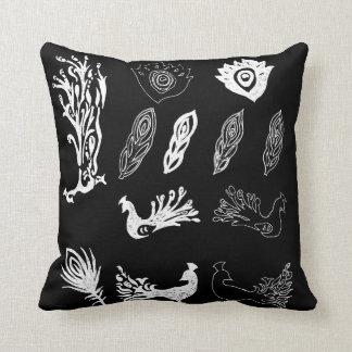 Blanco en pavos reales negros y el dibujo de las cojines