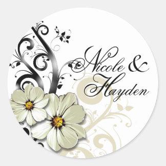 Blanco floral adornado del favor el | del Flourish Pegatina Redonda