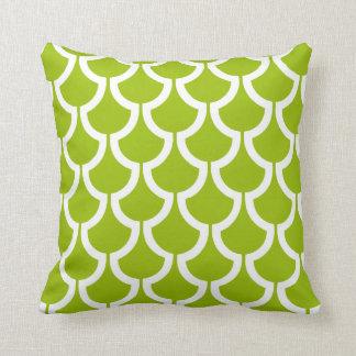 Blanco geométrico de la verde lima de las escalas cojín decorativo