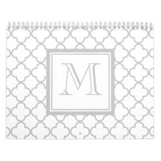 Blanco gris Quatrefoil el | su monograma Calendario De Pared