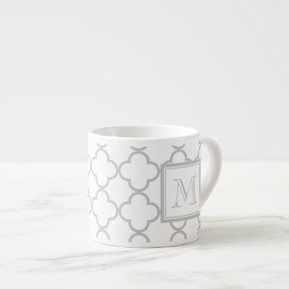 Blanco gris Quatrefoil el | su monograma Taza Espresso