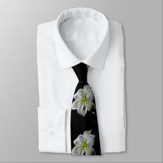 Blanco hermoso, flores del lirio. Fondo negro Corbatas