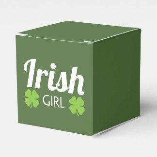 Blanco irlandés del chica cajas para regalos de fiestas