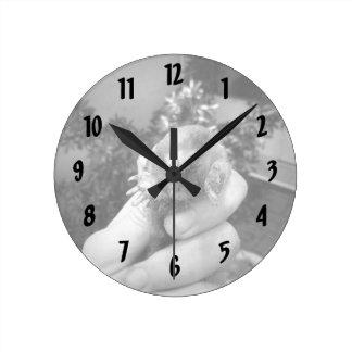 Blanco negro animal sonriente vivo del topo a reloj redondo mediano