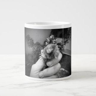 Blanco negro animal sonriente vivo del topo a taza de café gigante