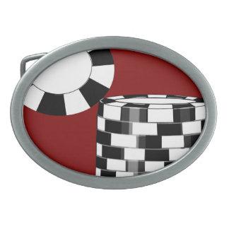 Blanco negro de la ficha de póker en la hebilla de hebilla cinturón