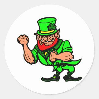 Blanco que lucha al hombre irlandés etiquetas redondas