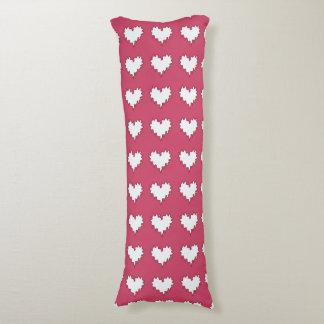 Blanco rizado del corazón en la almohada rosada