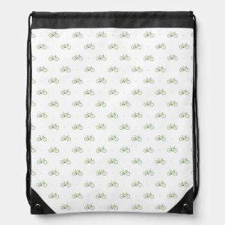 blanco simple con las pequeñas bicicletas verdes mochilas