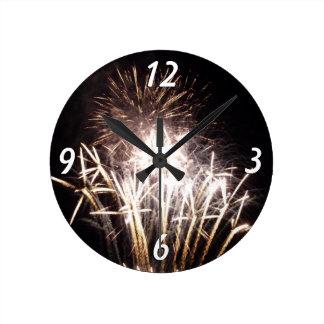 Blanco y celebración patriótica de los fuegos reloj redondo mediano