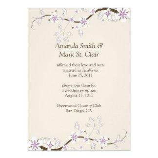 Blanco y flores de la lavanda en el boda del poste comunicados