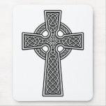 Blanco y gris de la cruz céltica alfombrillas de ratones