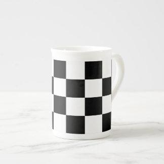 Blanco y negro a cuadros taza de porcelana