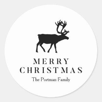 Blanco y negro añada el reno conocido del navidad pegatina redonda