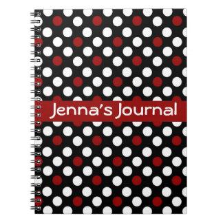 Blanco y negro con el cuaderno rojo