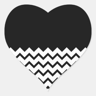 Blanco y negro. El zigzag de la parte, pieza negro Pegatina En Forma De Corazón
