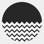 Blanco y negro. El zigzag de la parte, pieza negro Etiquetas Redondas