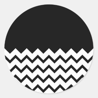 Blanco y negro. El zigzag de la parte, pieza negro Pegatina Redonda