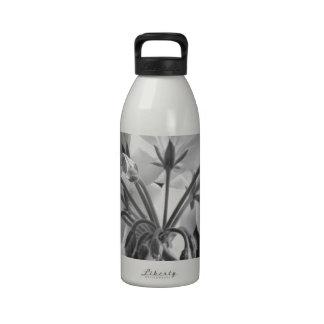 Blanco y negro en curso de la flor del geranio botella de beber