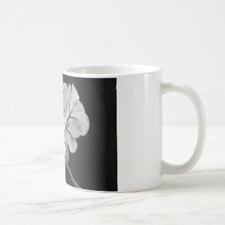 Blanco y negro en curso de la flor del geranio tazas