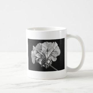 Blanco y negro en curso de la flor del geranio taza de café