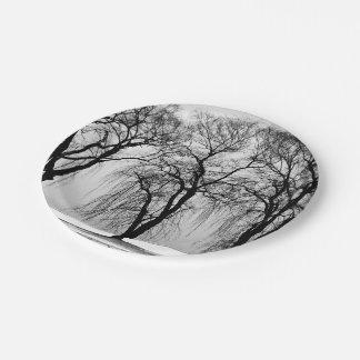 blanco y negro languidecen los árboles plato de papel de 7 pulgadas