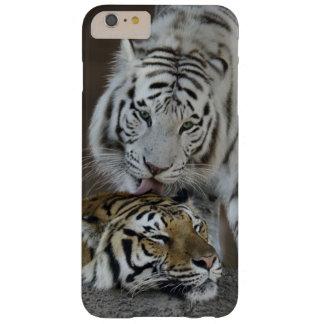 Blanco y reclinación de los tigres de Brown Funda Barely There iPhone 6 Plus