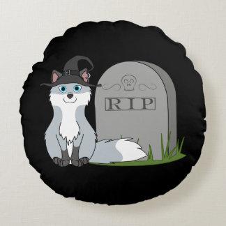 Blanco y zorro plateado con la piedra del sepulcro cojín redondo