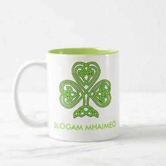 Blogam Mhaimeó - Cuppa de la abuela en gaélico Taza De Dos Tonos