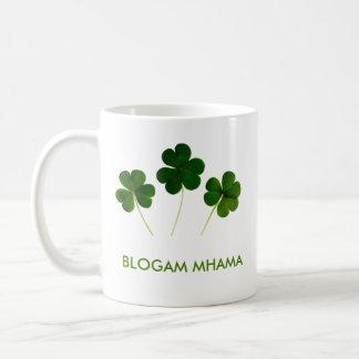 Blogam Mhama - Cuppa de la momia en gaélico Taza Clásica