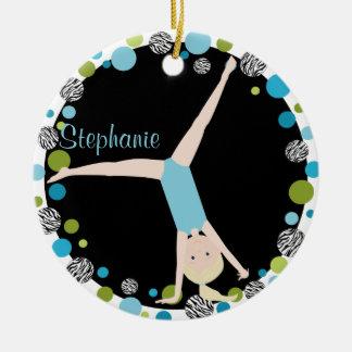 Blonde del gimnasta en aguamarina y verde adorno navideño redondo de cerámica