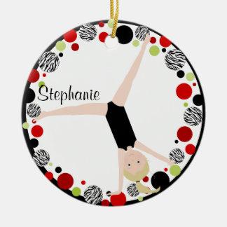 Blonde del gimnasta en rojo, negro y verde adorno navideño redondo de cerámica