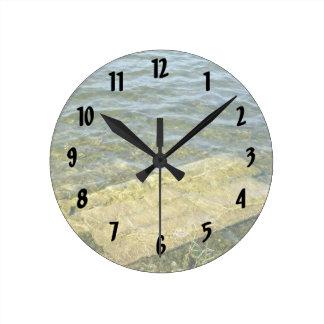 Bloque de cemento en la charca reloj redondo mediano