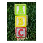 Bloques de ABC en hierba Postal