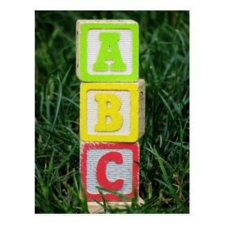 Bloques de ABC en hierba Tarjetas Postales