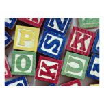 Bloques de madera con los alfabetos para los niños invitaciones personales