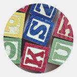 Bloques de madera con los alfabetos para los niños pegatinas redondas