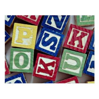 Bloques de madera con los alfabetos para los niños postal
