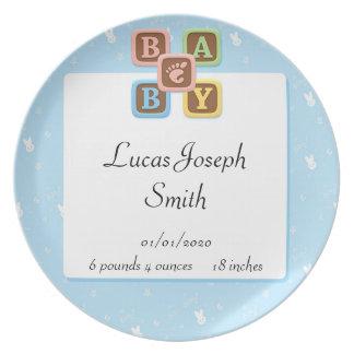 Bloques del bebé en la placa azul del bebé del con plato de comida